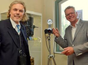 Bij wijze van openingshandeling maakte Friso de Zeeuw (rechts) een foto met een origineel Exakta-fototoestel. Links Roland Zwiers, eigenaar van de fotocamera en de enige Nederlander die nog regelmatig met een Exakta fotografeert.