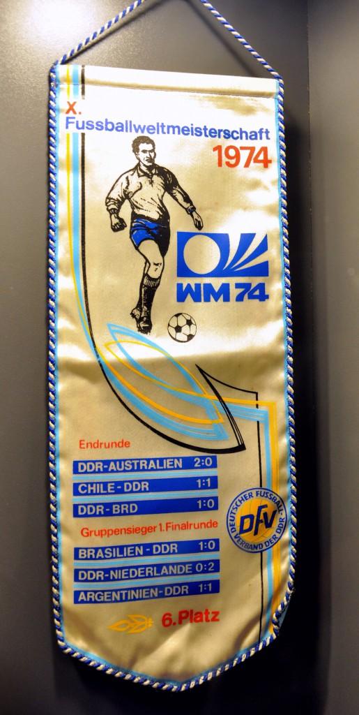 DDR-herinneringsvaatje aan het toernooi, met de resultaten van de gespeelde wedstrijden van het DDR-elftal en de daaruit resulterende zesde plaats.