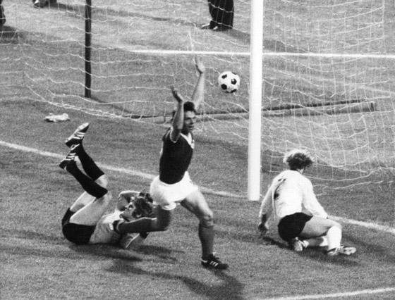 Jürgen Sparwasser scoort het winnende doelpunt voor de DDR